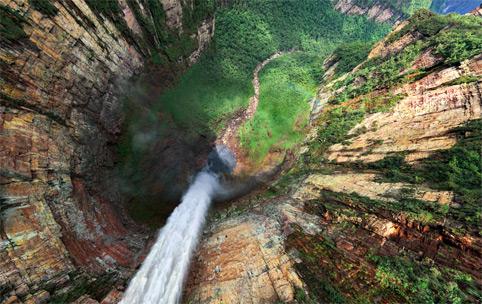 Nada de medo de altura... o Salto Ángel visto por cima. (reprodução)
