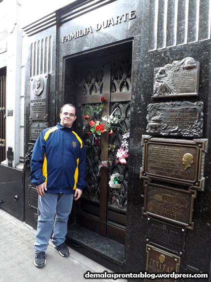 Pose diante do túmulo de Evita Perón...