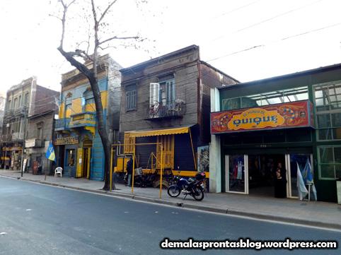 O azul e amarelo dominam ao redor de La Bombonera.