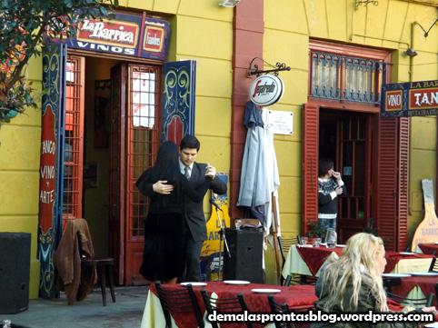Dançarinos de tango se apresentam em restaurante.